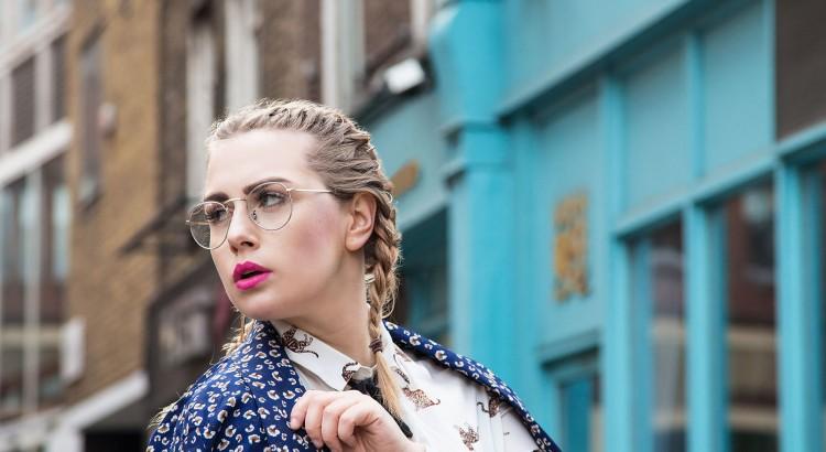 blogger, fashionblogger, london, lfw, lfw2017, londonfashionweek, asseenonmee, lazyoaf, uk, nottinghill, pinkdoor, pink, barbie, miniskirt, travel, allpink, gb, streetsoflondon, visitlondon, londres, fashionblog, look, fashionblogger_de, inspo, fashioninspo, fashionblogger, germanblogger, fashionista, bloggerstyle, instablogger, vsco, ftwotw, styleinspiration, blonde, thisislondon, igersuk, igerslondon, darlingescapes, girlswhotravel, travelgram, lovetotravel, traveldiary, simplyadventure, wearetravelgirls, asos, dametraveler, mewslondon, mewsings, flashesofdelight, openmyworld, wheretofindme, mytinyatlas, beautifuldestinations, travelwriter, travel, instatravel, travelgram, tourism, instago, passportready, travelblogger, wanderlust, ilovetravel, writetotravel,instatravelling, instavacation, travelblogger,instapassport,postcardsfromtheworld, traveldeeper,travelstroke,travelling, trip, traveltheworld, igtravel, getaway, travelblog, instago, travelpics, tourist, wanderer, wanderlust, travelphoto, travelingram, mytravelgram, visiting, travels, travelphotography, tagsta_travel, beauty, amazing, arountheworld, tourist, solotravel, instago, ig_worldclub, worldcaptures, tourism, worldplaces, worldingram, traveller, traveler,hotel, luxuryhotel, new look, leather skirt, black skirt, short skirt, lazy oaf, boyfriend shirt, sleeve shirt, heart print, lazy oaf heart print, cloud print, cloud print jacket, lazy oaf cloud print, lazy oaf jacket, petite, rock, a-linie, durchgehender reißverschluss, mittelrosa, platform boots, platform heels, black boots, overknee boots, puppe, doll, blondhair, braids, sunglasses, eurowings, germanwings, flugpanne, flug, airplane, heathrow flughafen, düsseldorf international, hosenanzug, bussineslook, classy outfit, blumenprint, flowerprint, einteiler, zweiteiler, frau im anzug, blauer anzug, blumenanzug, blue restaurant, chinesisches restaurant london, yming london, chinesisches essen, chines food, foodporn, restaurant london, dres