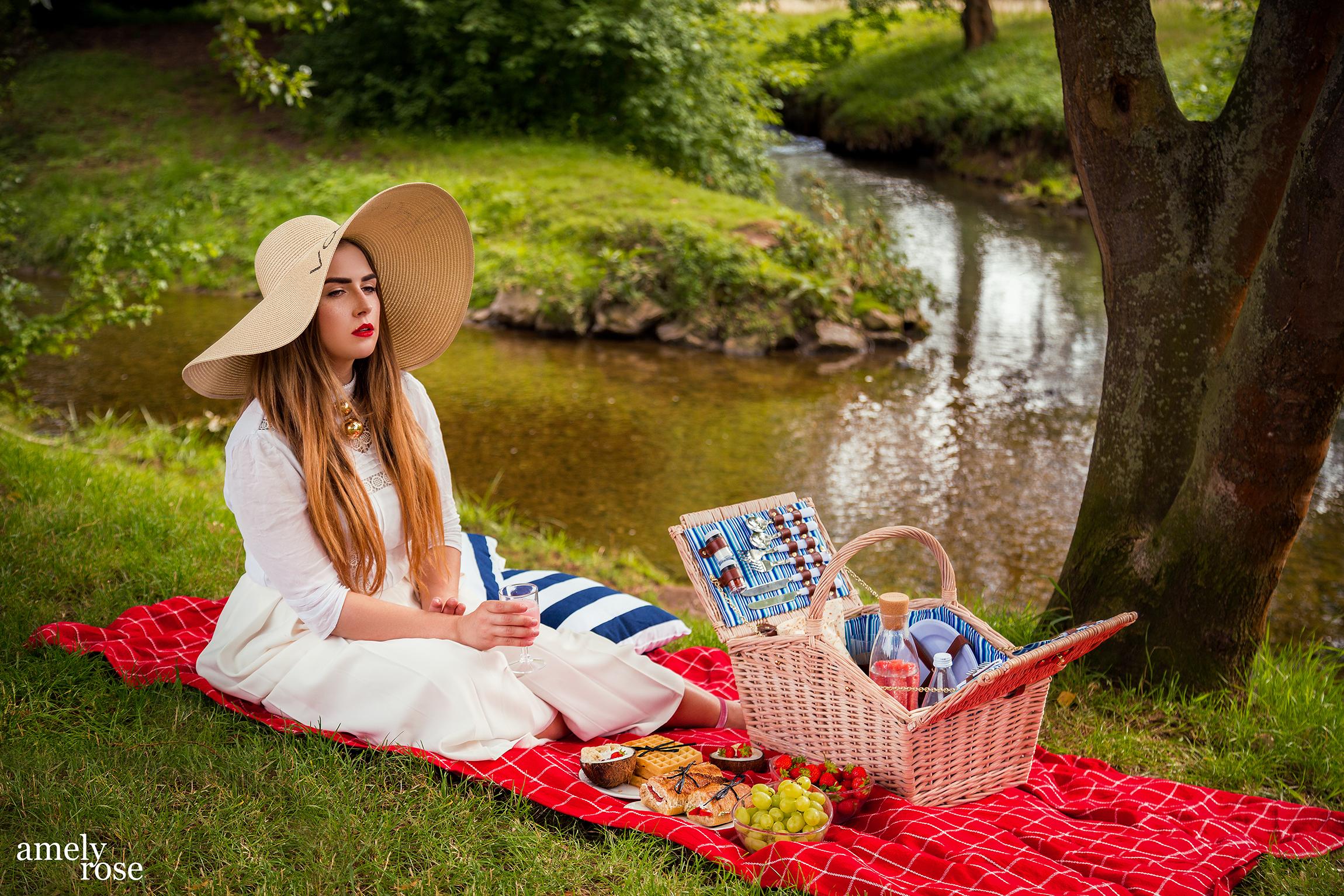 Amely Rose, german influencer und fashion blogger, picknickt in der schönen eifel im grünen mit leichten, sommerlichen rezepten.