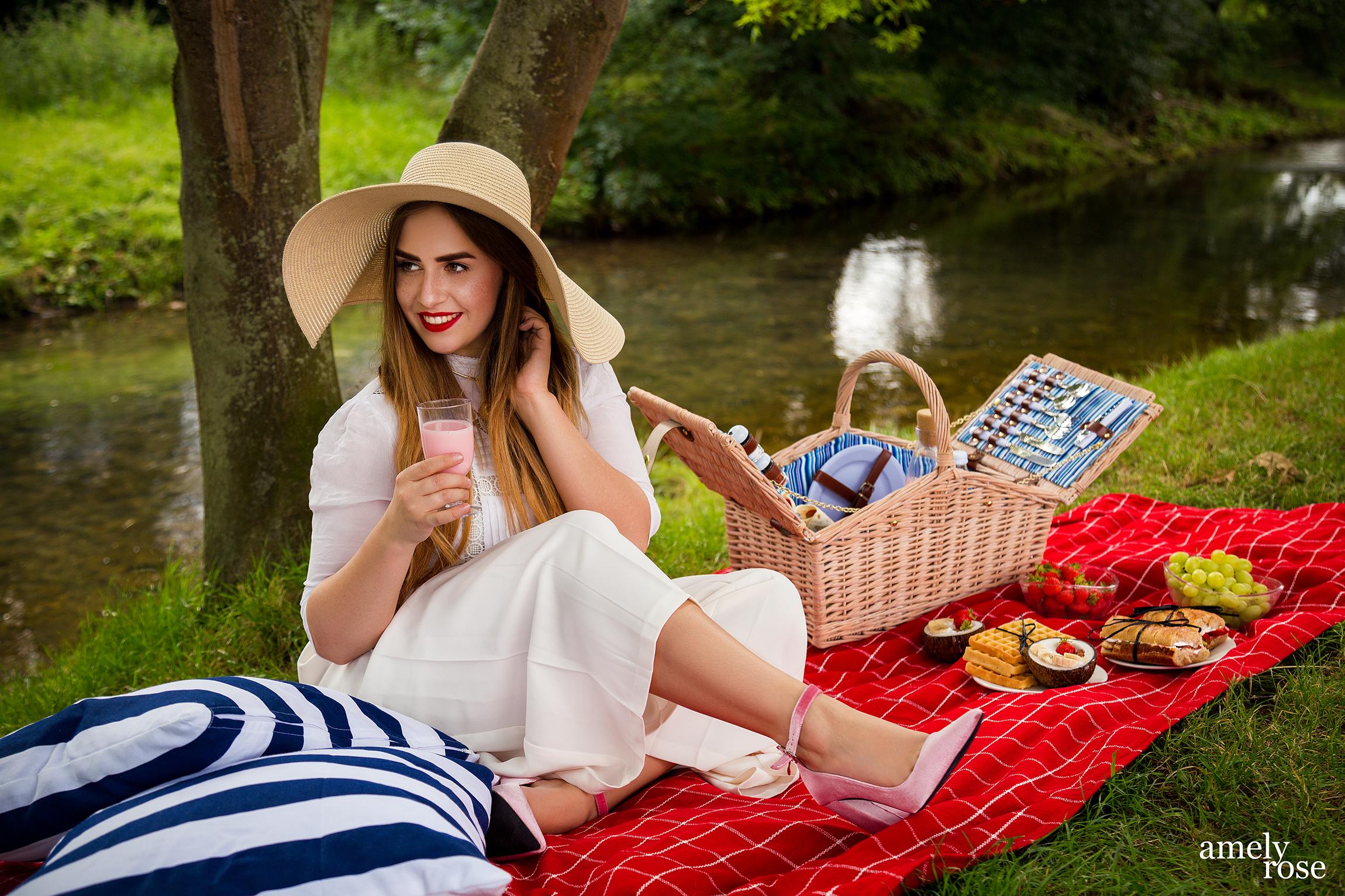 amely rose, german influencer und fashion blogger macht ein picknick im sommer mit leckeren leichten diät-rezepten