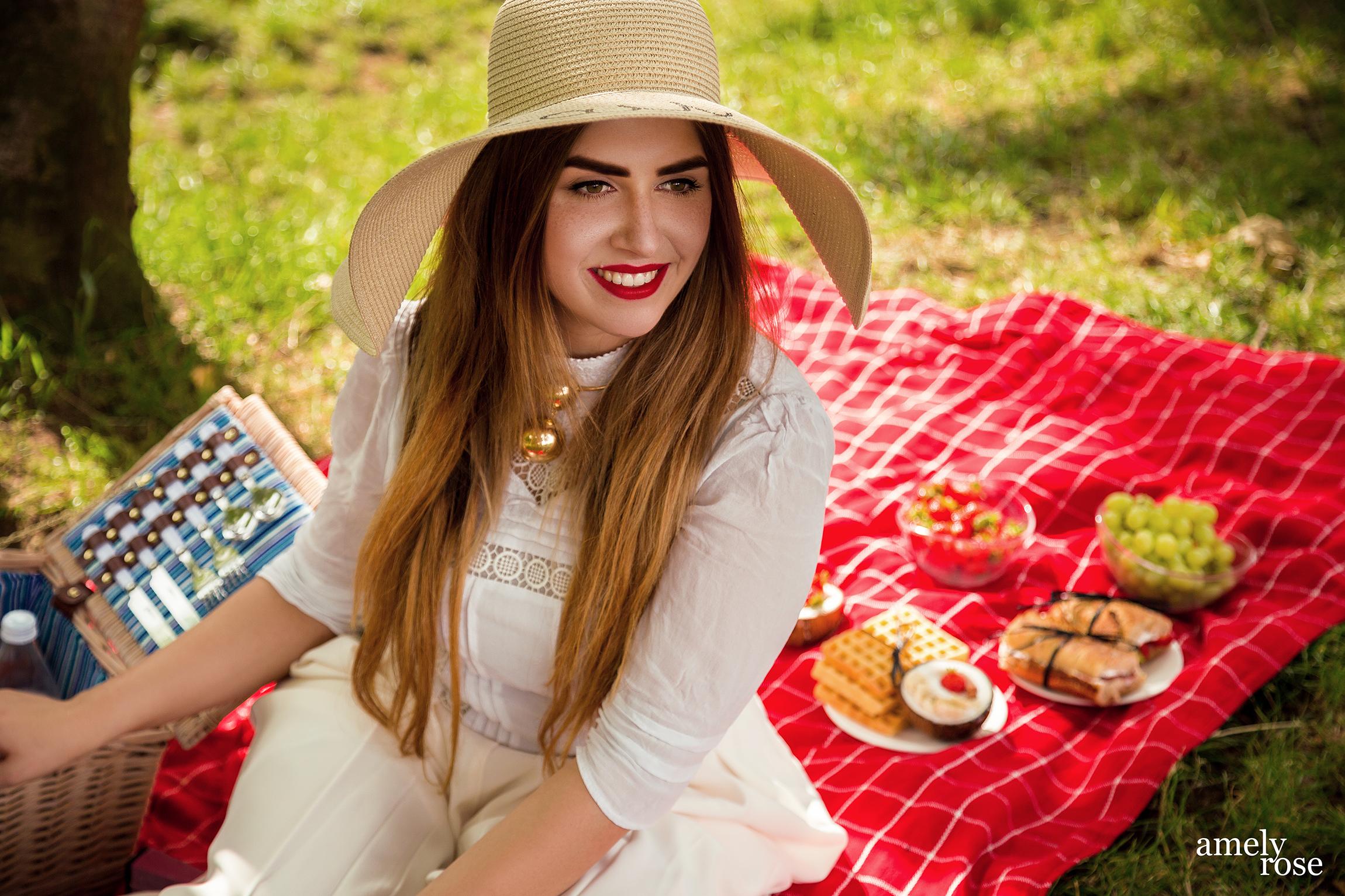 amely rose, german influencer und fashion blogger picknickt in der schönen eifeil im grünen, picknicken mit der familie und diesen tollen leichten, diät rezepten.