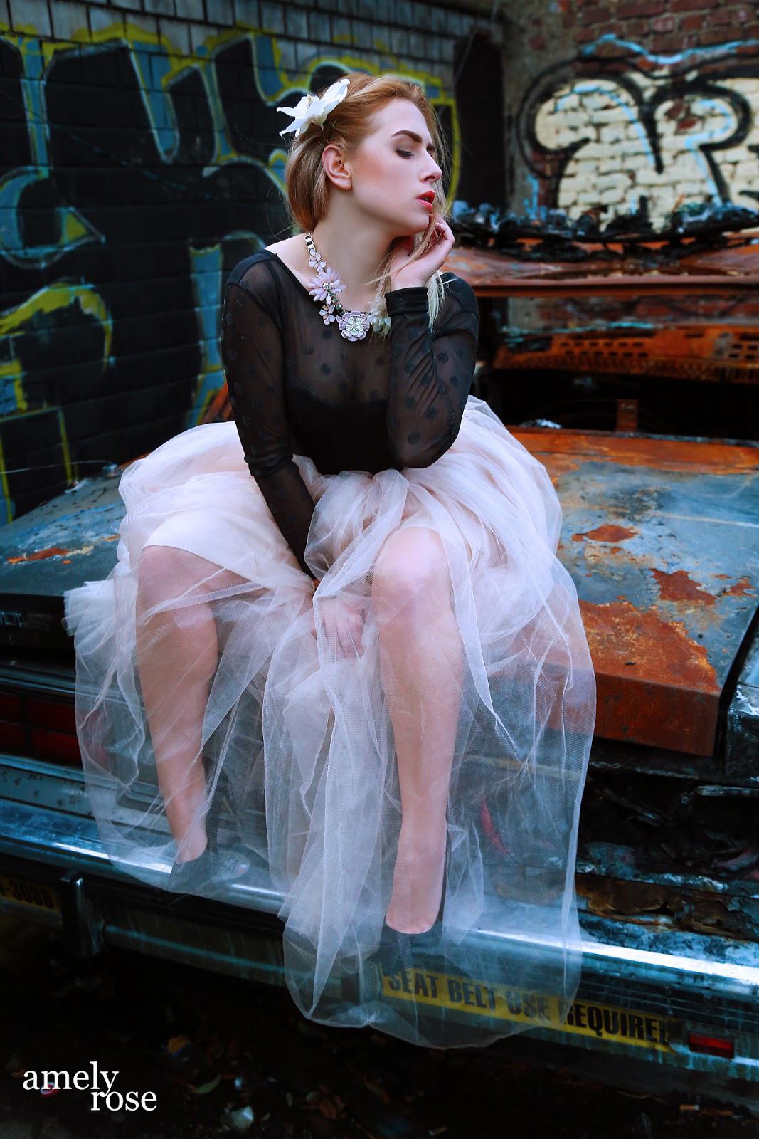 Ein editorial mit amely rose. So sieht ein fashionshooting auf einem schrottplatz mit highheels und tüllrock aus.