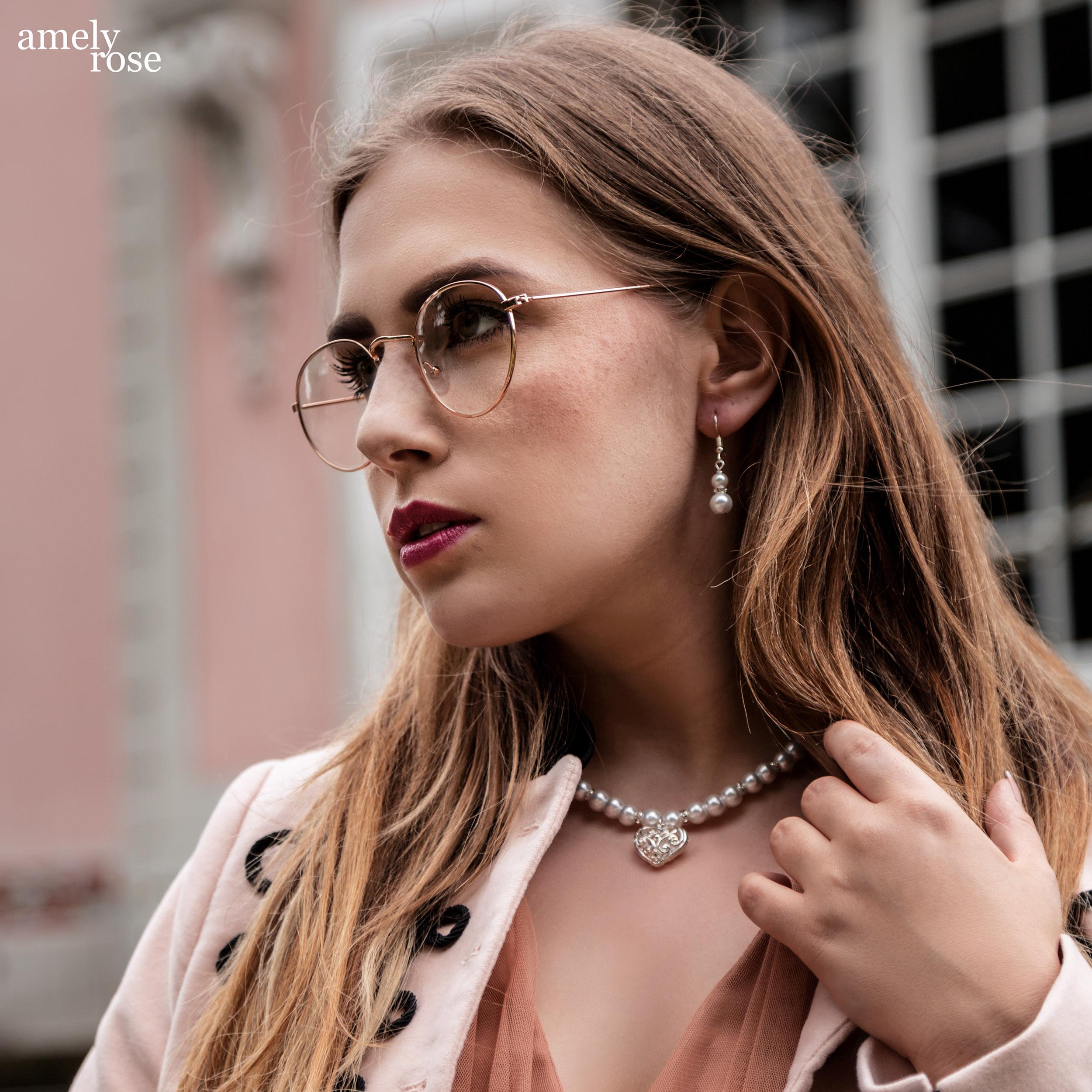 Amely Rose ist eine der erfolgreisten deutschen fashionblogger und german influencer, heute erzählt sie 25 fakten und zeigt ein schönes ootd und oktoberfestlook vor dem pinken schloss in benrath düsseldorf.
