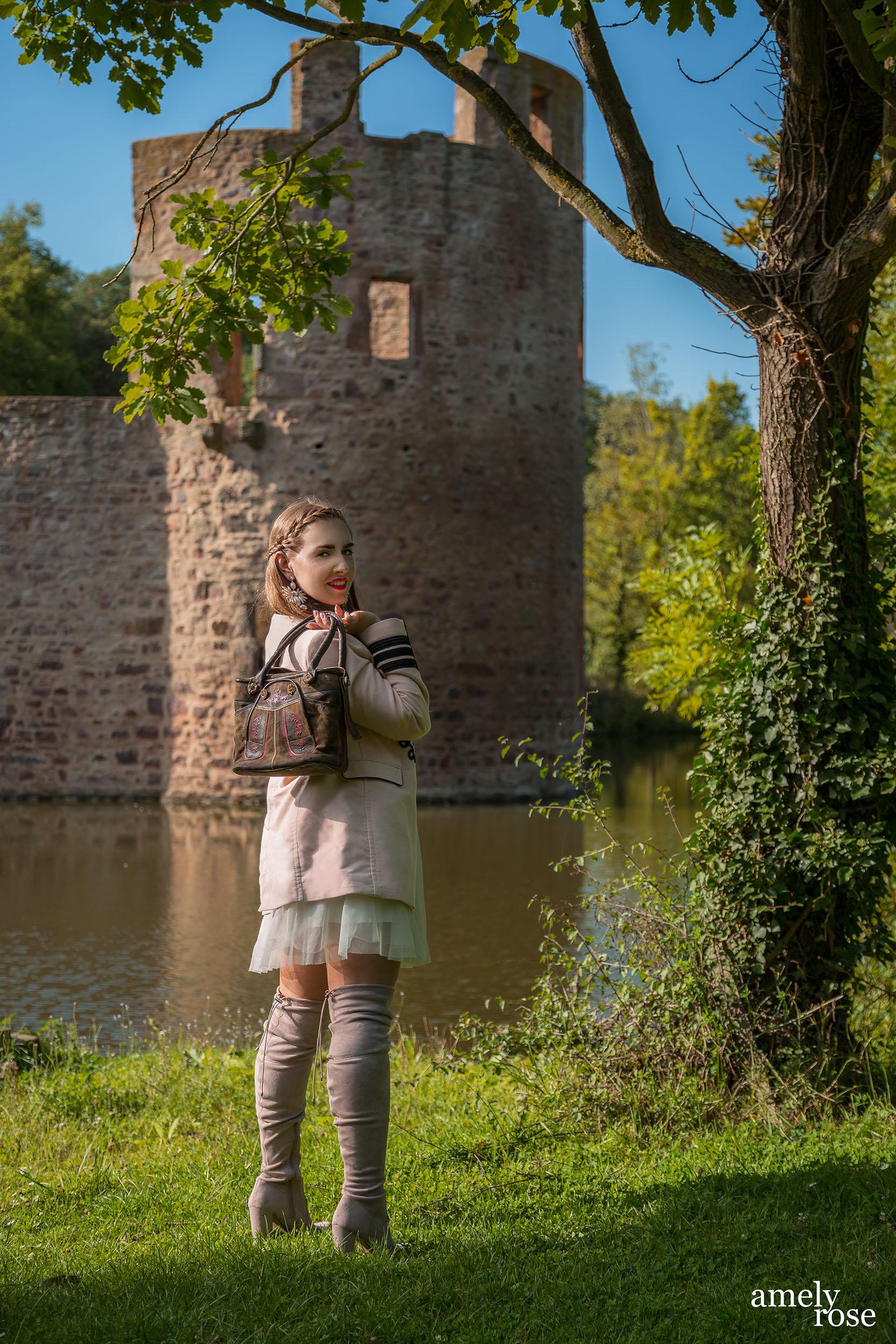 Amely rose zählt zu deutschland bekanntesten german influencer und fashion blogger zeigt ihren oktoberfestlook, ohne dirndl und lederhosen auf den wies'n mit tollen trachten accessoires wie der tasche von hosndaschn