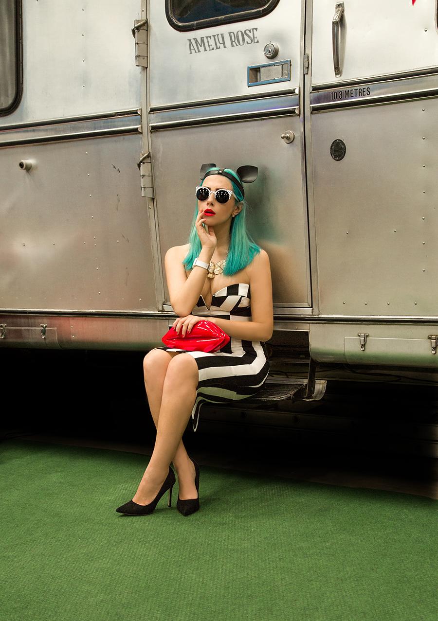Amely rose macht camping urlaub in einem schönen schwarz weiß pencilskirt und etuikleid. Zusätzlich hat die modebloggerin und german influencerin grüne direction haare, getreu dem motto green hair don't care im 60s retrolook.