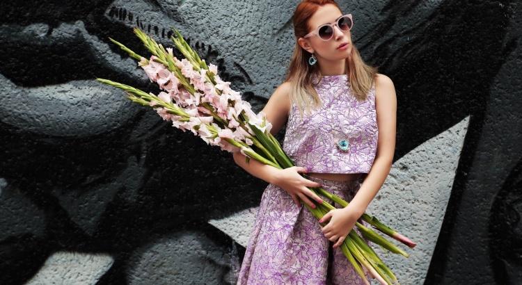 Amely Rose auf der Fashionweek in Berlin, ein cooler zweiteiler Look im vintagestyle.