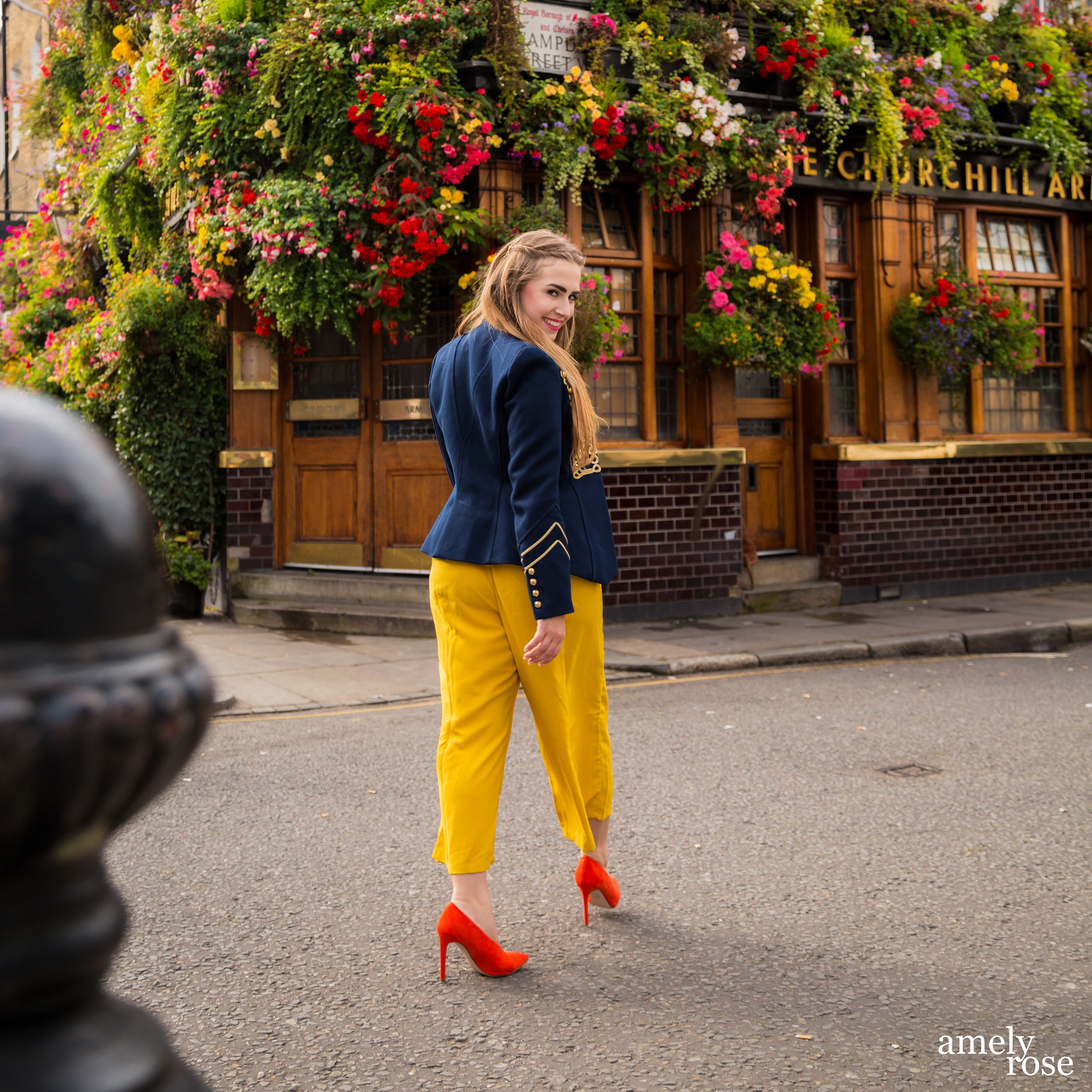 Amely Rose,german influencer während der London Fashionweek lfw vor einem szeneclub und hotspot, dem instagrammable churchill arm.
