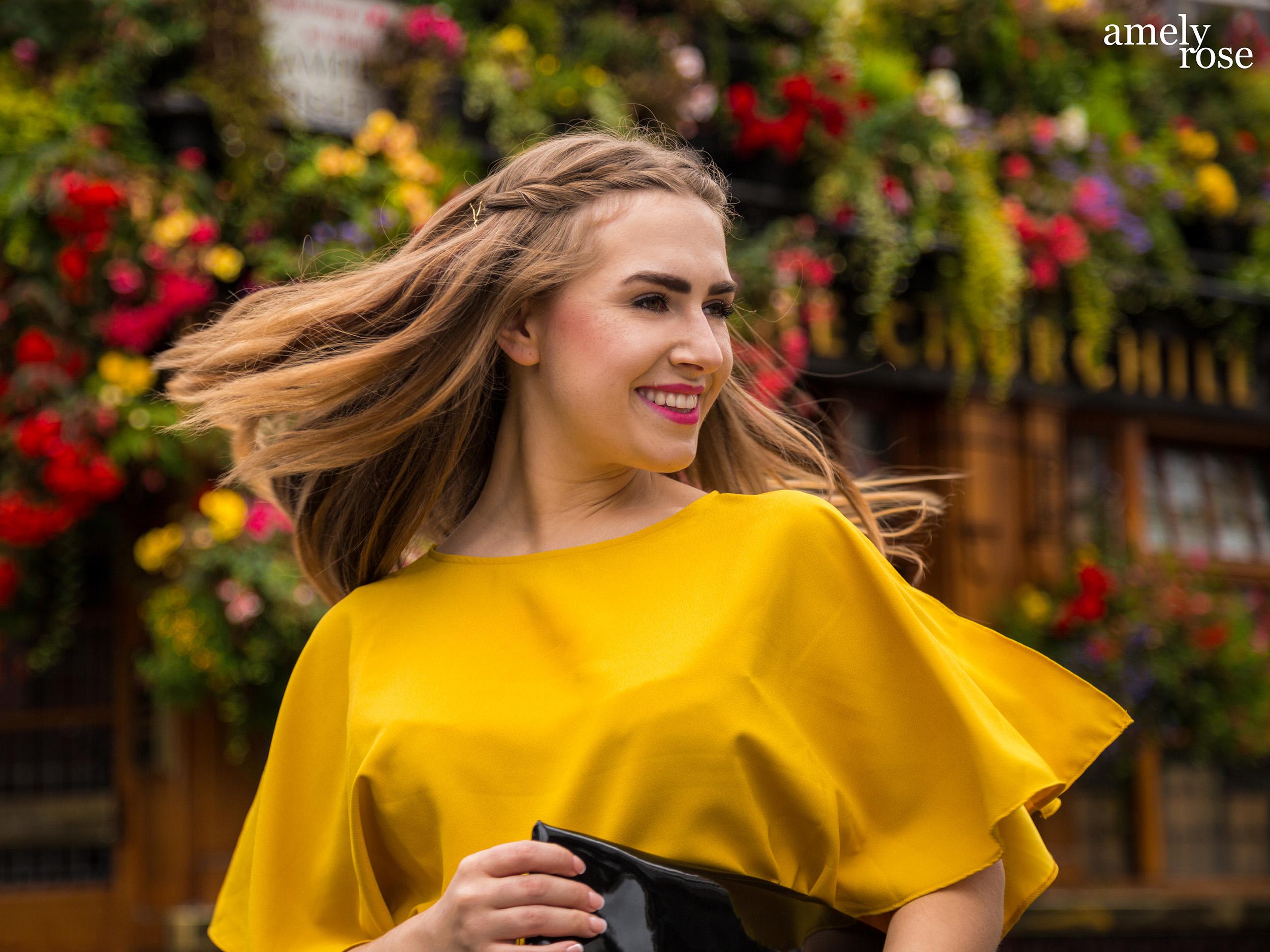 amely rose,german fashionblogger in einem gelben einteiler und einem sommerlook, zeigt ihr ootd zur lfw der londoner fashion week vor dem szeneviertel und pup churchillarms.