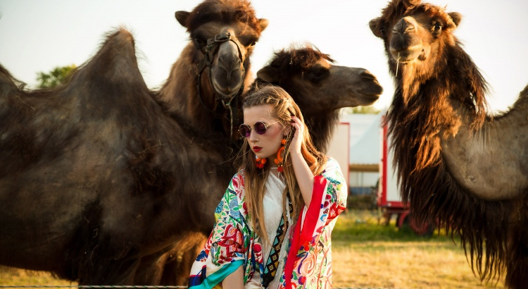 Amely Rose festival look vor kamelen, tierfotografie coachella summerlook im bunten zara kimono