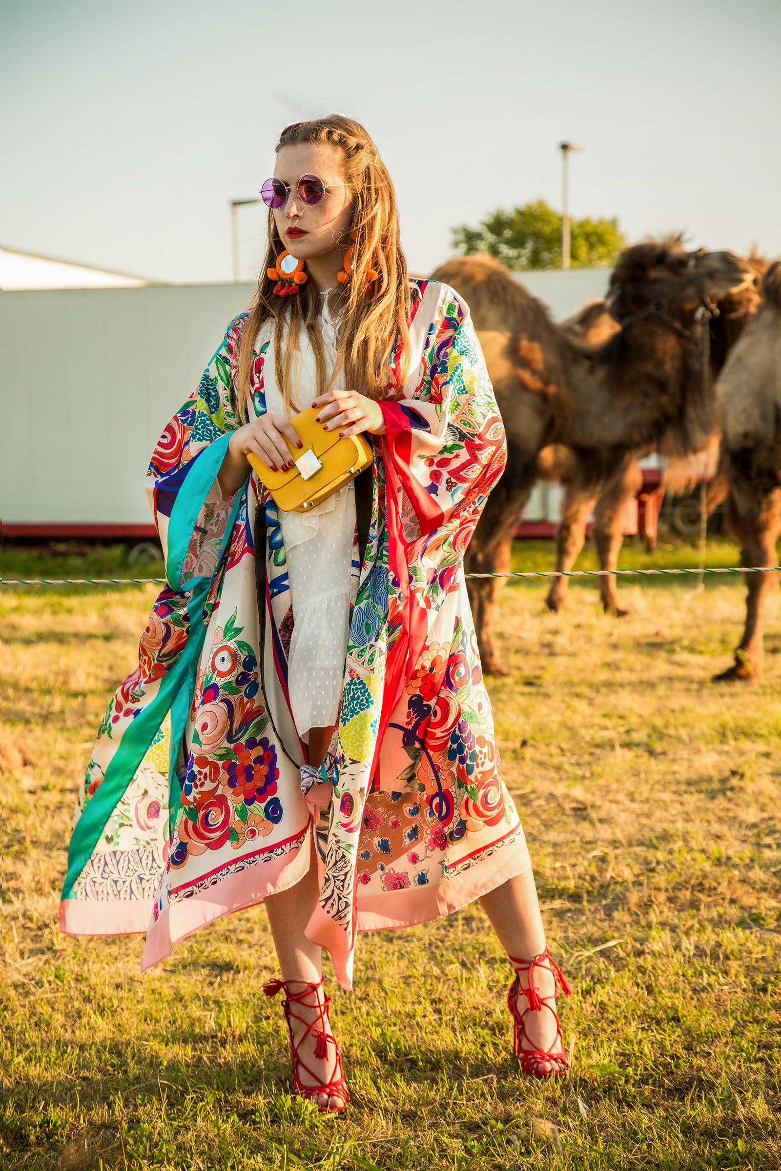 Amely Rose festival look summeroutfit im zara kimono bohostyling mit kamelen tierfotografie