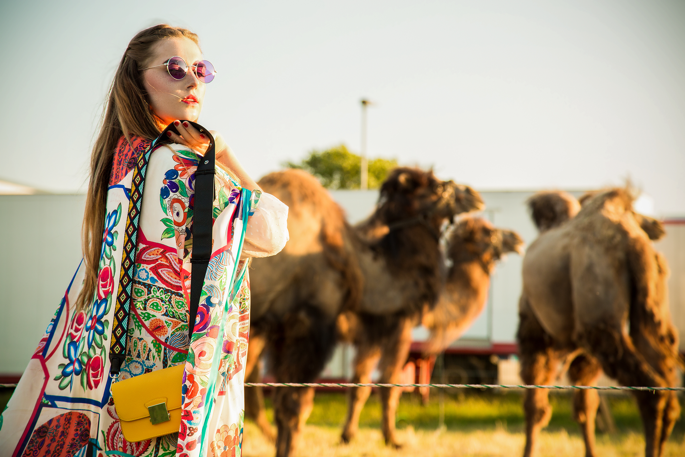 amely rose in einem summerlook oder festival outfit coachella im zara kimono mit kamelen tierfotografie