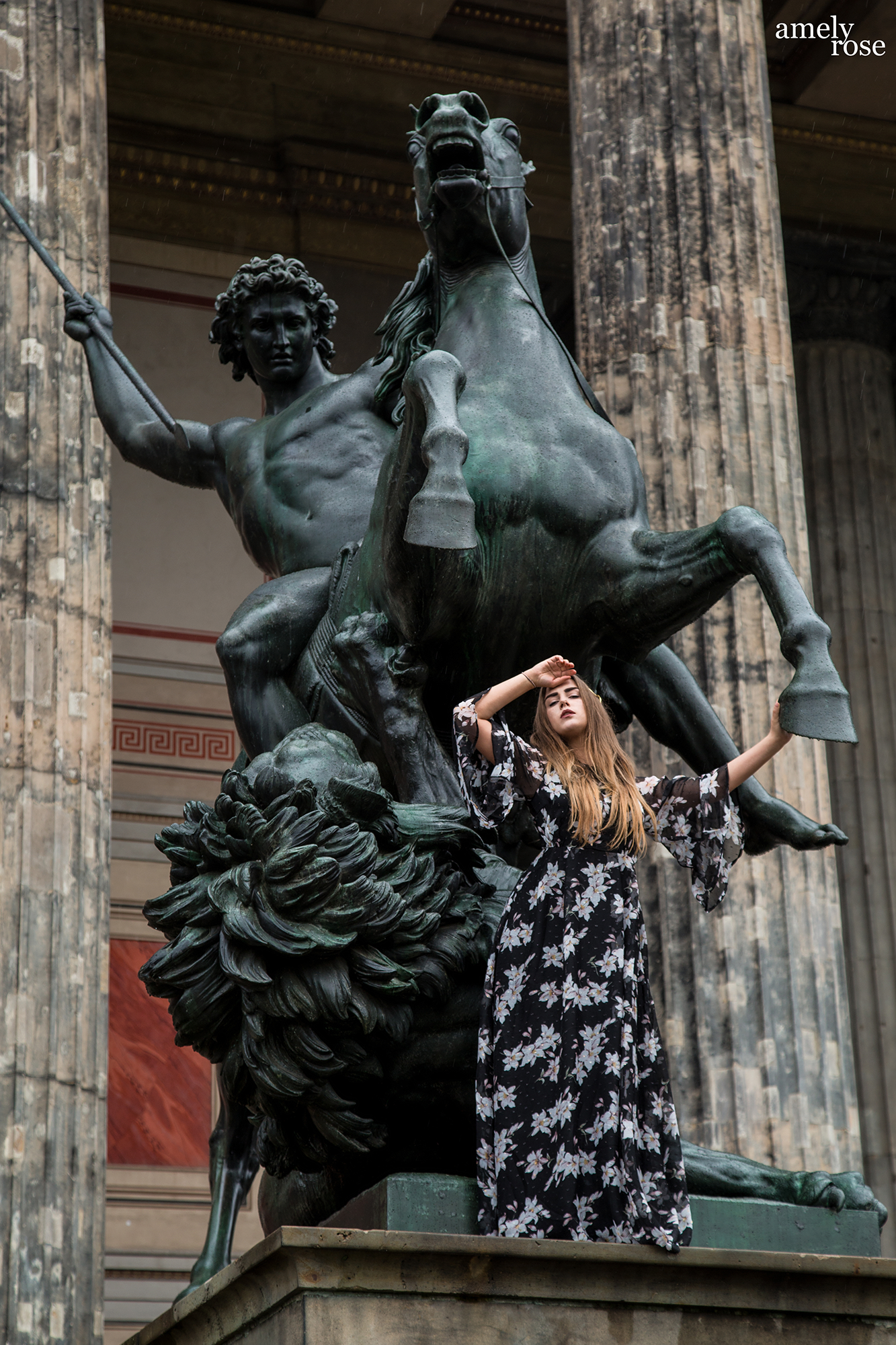 amely rose, fashionblogger in a classy maxidress in berlin - bw fashion editorial and photoshooting - statue