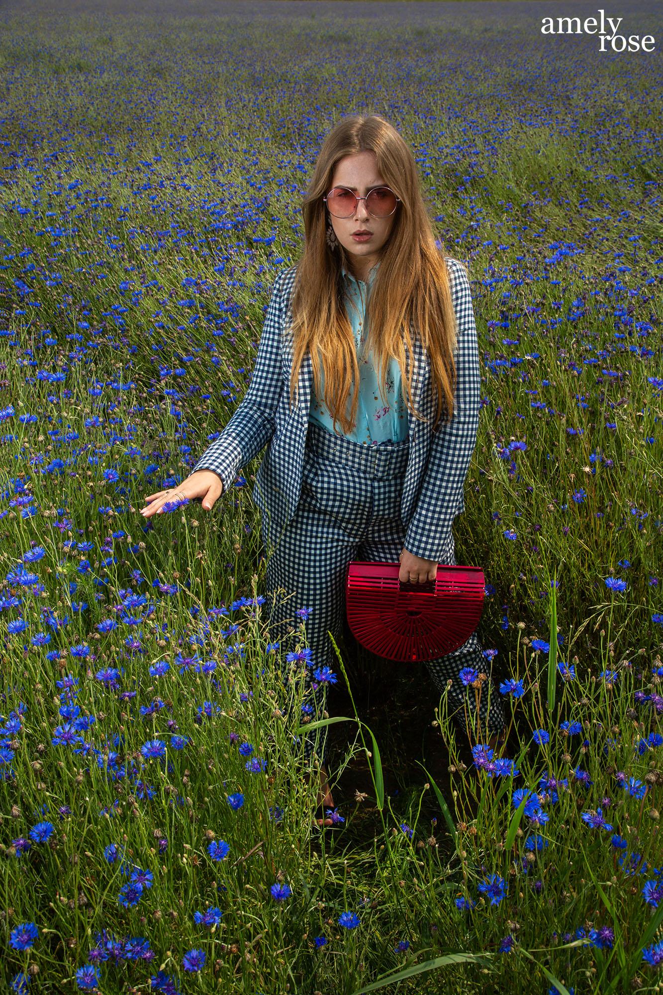 amely rose, amelyrose, fashionblogger, netherland, flower, flowerfield, blumen, blumenfeld, summerlook, karomuster, flowerpower,