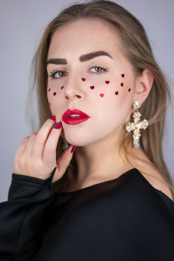 chilling adventures of sabrina, netflix, serie, series, sabrina, portrait, photoshooting, humanphotography, heart, sommersprosse, freckles, girl with freckles, beauty, beautyblogger, beautyblog, produkttest, produkttesterin,
