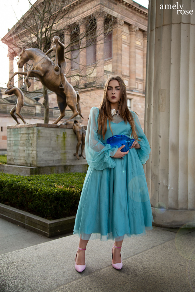 Amely_rose_amelyrose_fashion_fashionblog_mode_modeblogger_bluedress_blue_zara_H&Mkleid_portrait_berlin_berlinfahsionweek_bfw