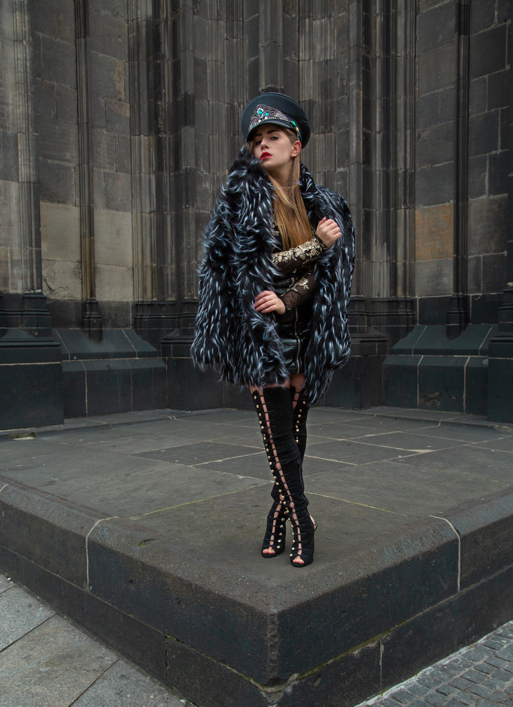 Amely rose, Amely-rose, Amely_rose, dom, cologne, köln, cgn, Poetryslam, Poetry slam, Poetry-slam, angst, Depression, girlboss, fashioneditorial, Julia-karolina saj, Military, coat, fakefur, black, allblackeverything, overknee boots, stiefel, Minirock, miniskirt, Fashion, Portrait, red lips, roter Lippenstift, was tun bei Depressionen, was tun bei angst,
