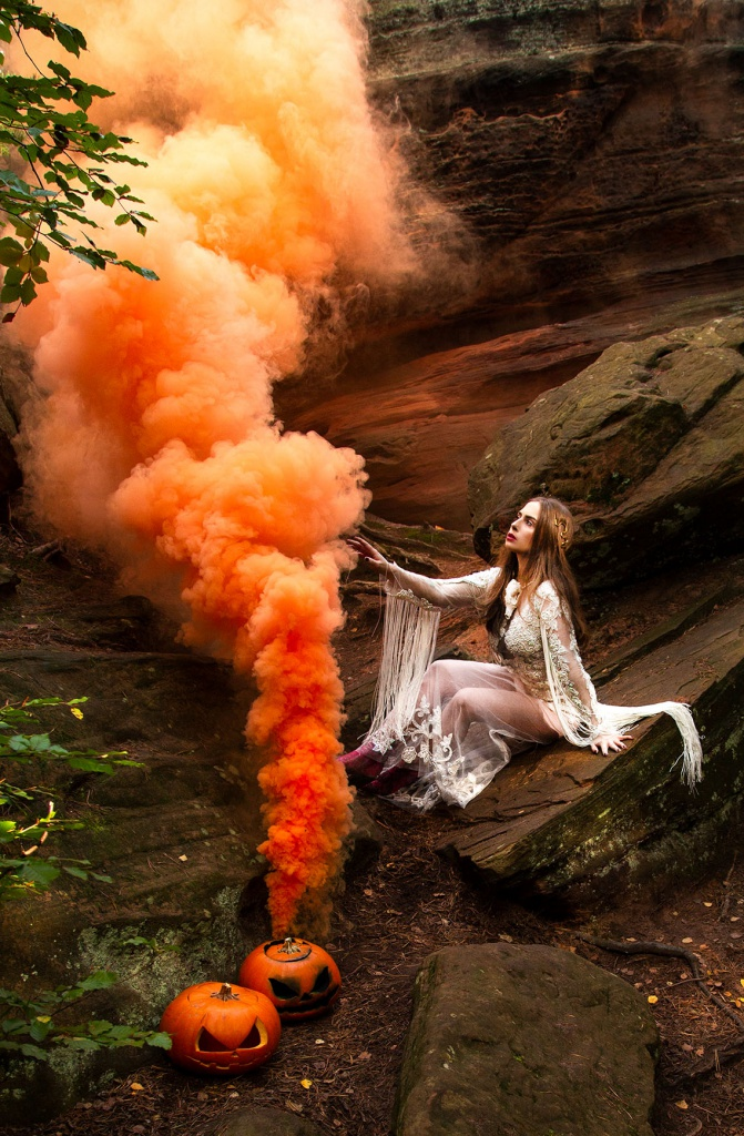 amelyrose, amely rose, rauchbombe, smokebomb, smoke bomb, halloween, happy halloween, pumpkin, skeleton, halloweencostume, halloween costume, halloweenkostüm, halloween kostüm, halloweenmake up, bride, creepy, spooketober, wifey, bride, bridetobe, cat, eifel, outdoor, nature, editorial, fashioneditorial, fashion editorial,